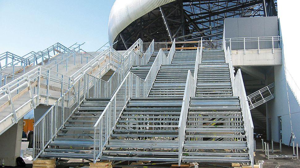 PERI UP Rosett openbare trap als Stadiontoegang: Voor grote publieke bijeenkomsten worden gekoppelde doorlopende trappen met afzonderlijke toegangspunten via interne leuningen gebruikt.