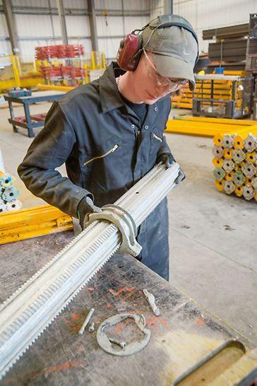 Der PERI Reinigungs- und Reparaturservice sorgt für die optimale Materialbeschaffenheit nach definierten Qualitätskriterien.