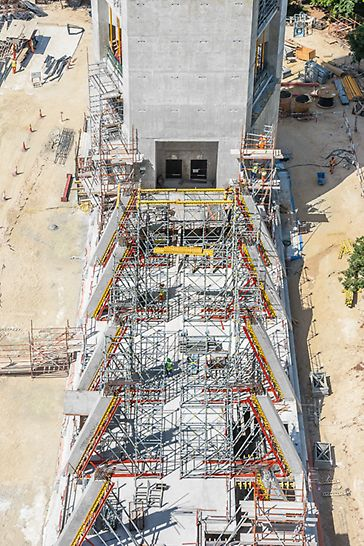 Dubai Frame, United Arab Emirates: The planned exhibition area covered the complete 90 m width between the two towers. The 24 inclined columns, each 7 m high, were formed with VARIO GT 24. PERI UP Modular Scaffolding was used as shoring for the MULTIFLEX Slab Formwork as well as access scaffold.