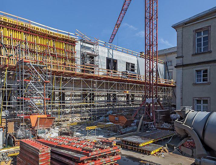 VARIO GT 24 Träger-Wandschalungen und das PERI UP Rosett Modulgerüstsystem als Trag- und Arbeitsgerüst an der Fassade des Westflügels.