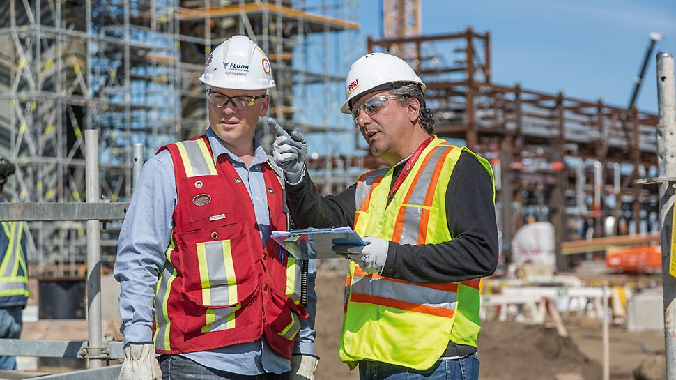 Raffineria NWR a Edmonton, Canada - Oltre all'impiego di PERI UP, con i relativi vantaggi in termini di montaggio e sicurezza, un altro fattore determinante nella riduzione di tempi e costi è il servizio di consulenza in loco dei tecnici PERI