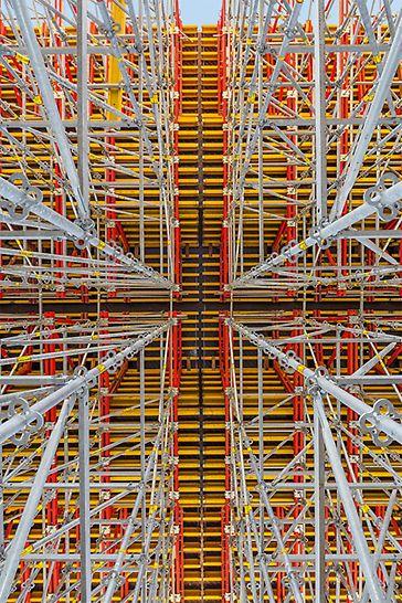 Foi possível ajustar os sistemas modulares PERI UP e VARIOKIT de forma extremamente flexível à geometria da ponte e às cargas.
