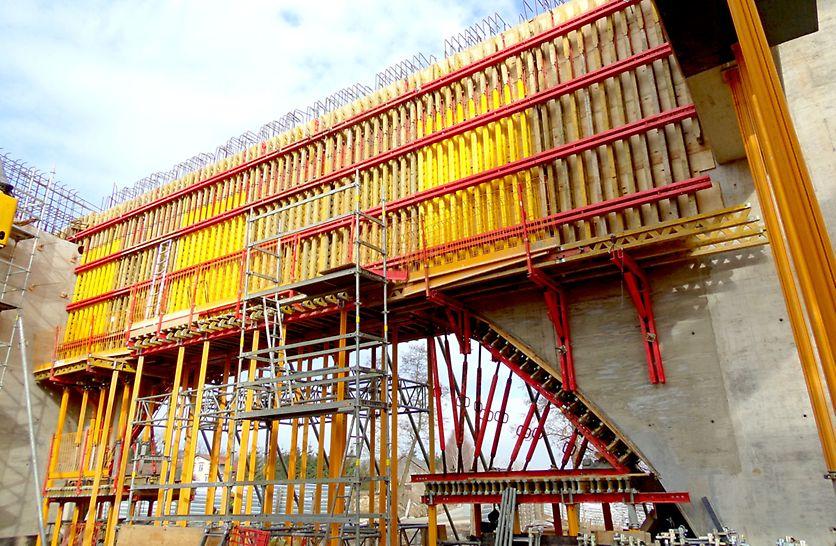 Deskowanie boczne tarczy nr 1 w systemie PERI VARIO gwarantowało wykonawcy uzyskanie wysokiej jakości betonu licowego.