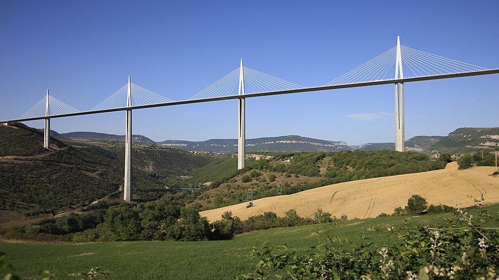 Viaduc de Millau, Frankreich - Die Fahrbahn der 2.460 m langen Mehrfach-Schrägseilbrücke verläuft in einer Höhe bis zu 245 m über Gelände. Die Spitzen der Stahlpylone ragen 345 m hoch in den Himmel.