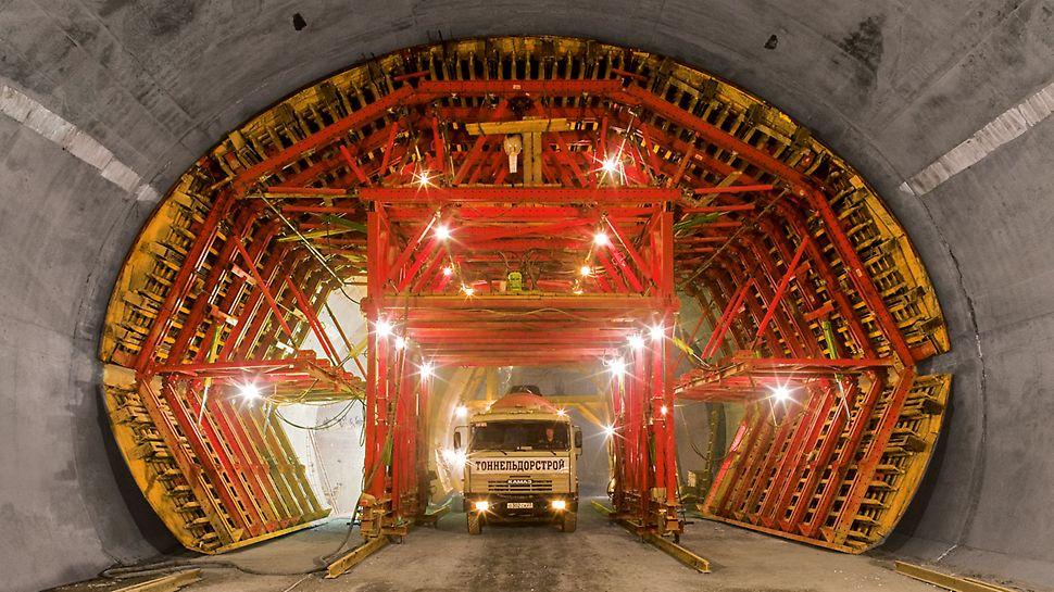 Umgehungstunnel Sotschi, Russland - Der Schalwagen wurde zur Herstellung der Nothaltebuchten mit einer Breite von 14,30 m konstruiert. Die Fortbewegung zur nächstfolgenden Bucht durch den kleineren Regelquerschnitt erforderte eine Reduzierung der Außenabmessungen.