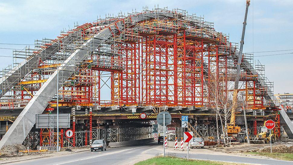 Az íves szerkezet terheinek levezetése nagy magasságban PERI VST nehézállvány tornyokkal.