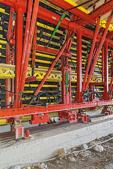 The hydraulic operability of the VARIOKIT Formwork Carriage allowed fast and accurately-repeated shuttering and striking operations.