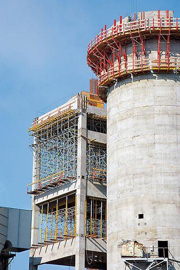 Cementárna Ivano-Frankovsk: Bezpečné řešení šplhavého bednění založeného na překládaném systému CB pro silo a efektivní návrh podpěrného lešení z PERI UP a MULTIPROP pro výrobní objekt s velkými světlými výškami.