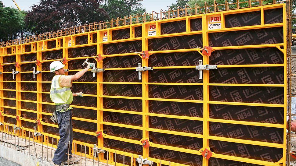 Veidņu montāža, neizmantojot celtni. DOMINO paneļi izgatavoti no tērauda un alumīnija.