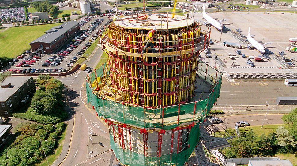 Para esta torre de control de aeropuerto de 46 m de altura y 6,85 m de diámetro se combinaron consolas CB 240 con el encofrado circular RUNDFLEX.
