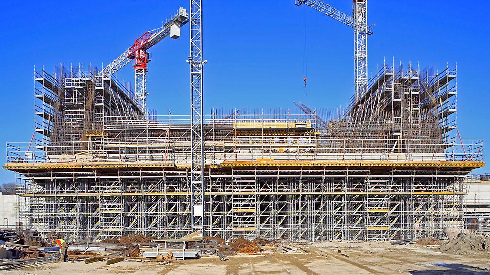 Parco della Musica e della Cultura: Velké výšky místností a mnoho výstupků ve stěnách i stropu kladly vysoké požadavky na tvarové přizpůsobení podpěrných konstrukcí.