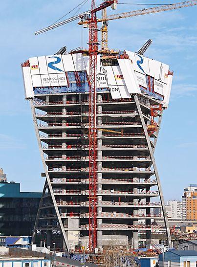 Evolution Tower: Evolution Tower šplhá elegantně do výšky skoro 250 m. Šikmo a nezávisle na jeřábu šplhající ochranná stěna RCS nabízí vysokou míru bezpečnosti.