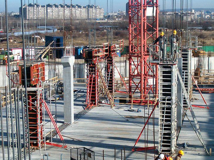 Za izradu stubova, od armiranog betona, različitih poprečnih preseka od 50 x 50 cm do 60 x 80 cm korišćena je TRIO oplata stubova.