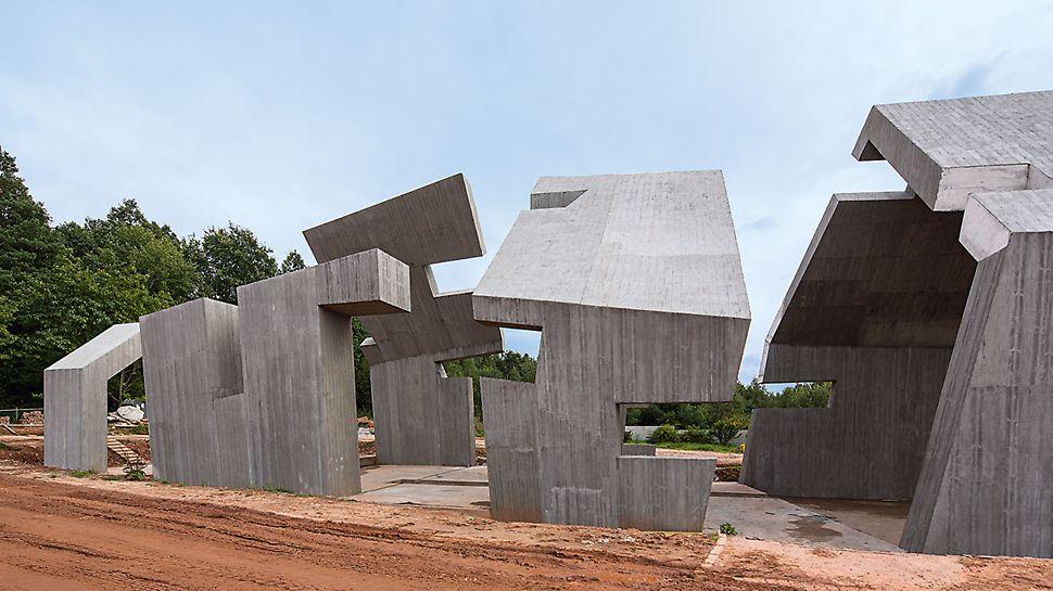 Mausoleum Michniów - Die charakteristische, holzartige Oberflächenstruktur wird mit einem ungewöhnlichen Ansatz erreicht: ein spezieller Putz wird mit Walzschablonen aufgebracht. Das erforderte eine gute Qualität der Betonoberfläche, die durch den Einsatz der TRIO Rahmenschalung erzielt wurde.
