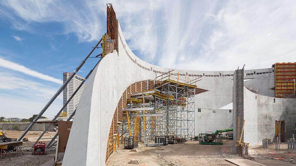 Više koncentričnih lukova koji se međusobno prepliću definiše spoljašnje zidove Nacionalnog memorijalnog centra i muzeja veterana.