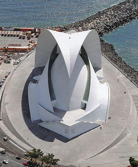 """Auditorio de Tenerife, Teneriffa, Spanien - Mit dem Entwurf dieses spektakulären Bauwerks hat der Architekt Santiago Calatrava den Grundzügen konventioneller Architektur getrotzt. Drei verschiedene Bauteile, die er als """"Flügel"""", """"Nuss"""" und """"Segel"""" bezeichnet, charakterisieren das 58 m hohe Bauwerk. (Foto: R. Mendez)"""