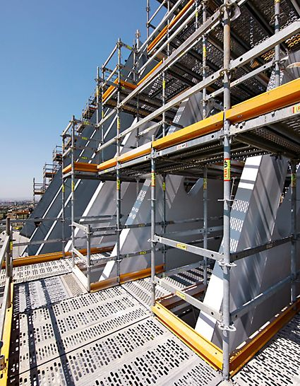 Edificio Ágora: Lešení PERI UP je možné díky jeho modulům a flexibilní montáži snadno přizpůsobit tomuto složitému tvaru.