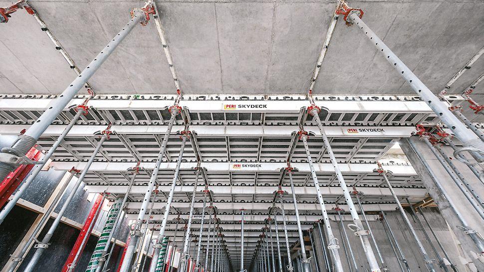 Paneele und Längsträger, die beiden Hauptkomponenten des SKYDECK Systems, die für die Deckenschalung eingesetzt werden.