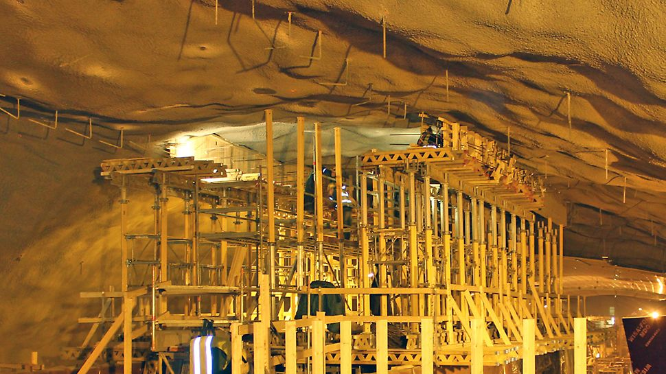 Tunnelin kattoon valettiin PERI:n MULTIPROP-tuentajärjestelmää apuna käyttäen lyhyt betoniseinä, johon kiinnitettiin lasiseinä. Lasiseinä alkaa punaisen betoniseinän yläpuolelta.