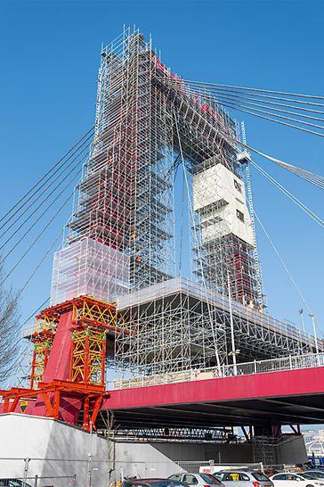 Die Einrüstung der beiden Pylone der Willemsbrücke erfolgt mit einer PERI Systemkombination aus PERI UP und VARIOKIT.