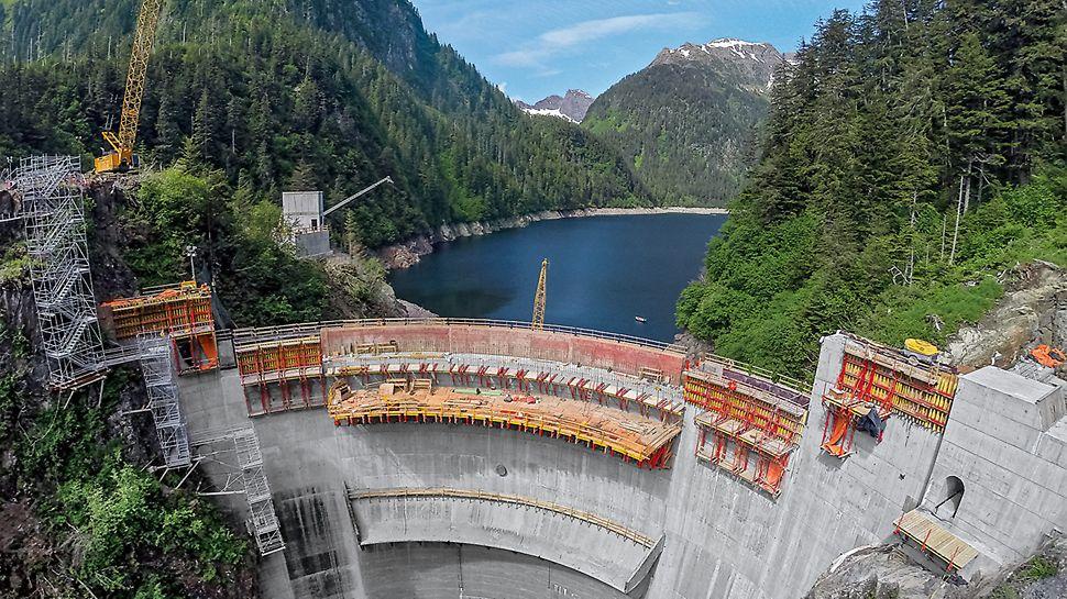 Blue Lake, Alaska (USA) - Una diga di sbarramento con grandi sporgenze: cruciale per la soluzione proposta da PERI è stato il sostegno dei carichi elevati derivanti da una sporgenza voluminosa in corrispondenza della corona della diga