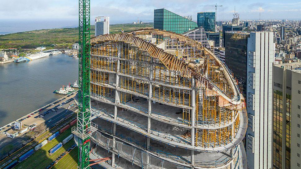 Konstrukcija ivičnih nosača za završni deo tornja postavila je visoke zahteve pred osoblje gradilišta.