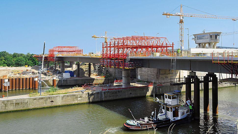 De uitbreiding van het sluizencomplex vereiste een nieuwe brug van 200m lang. Voor het storten van de brugdekken in het lange, rechte gedeelte van de brug werden er VARIOKIT rijwagens voorzien