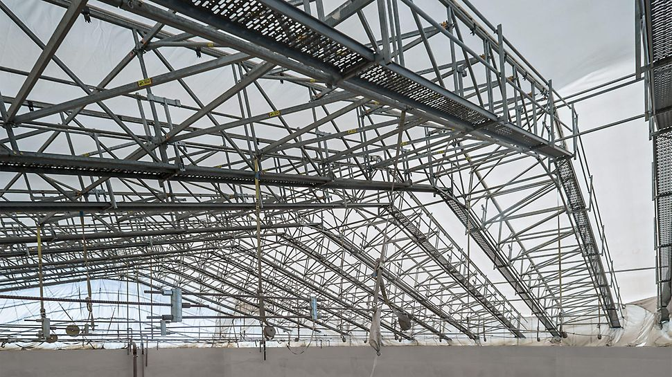 Walkways along the LGS truss segments ensured safe access during assembly and dismantling as well as temporary opening of the roof.