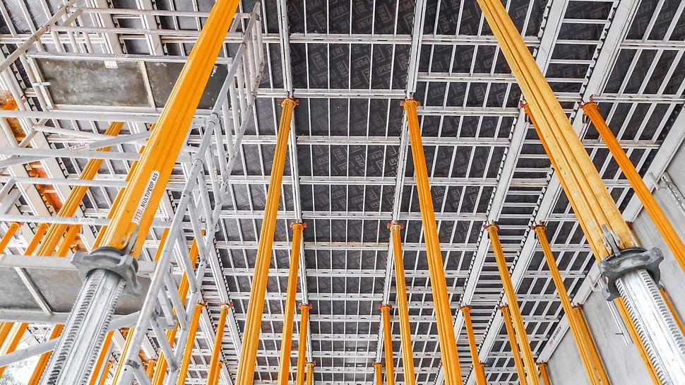 Für die Stahlbetondecke setzt der örtlich ansässige Bauunternehmer die SKYDECK Paneel-Deckenschalung ein, unterstützt durch MULTIPROP 625 Alu-Deckenstützen.
