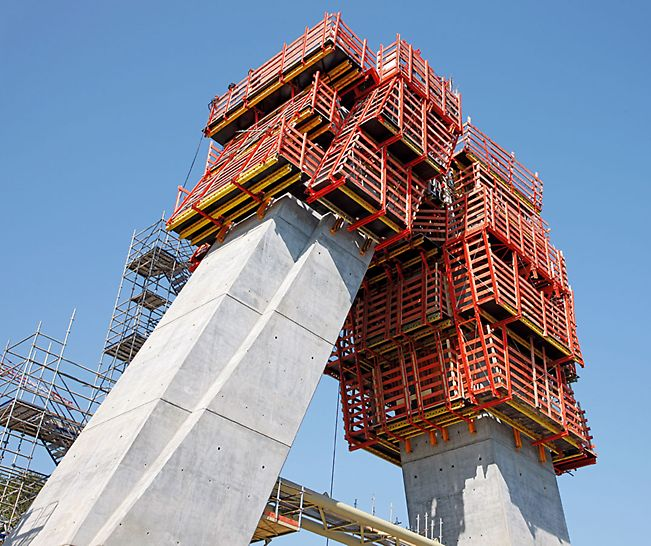 Most Térénez: Flexibilita systému VARIO umožňovala přizpůsobit stěnové bednění přesně podle kontinuálně se měnícího tvaru.