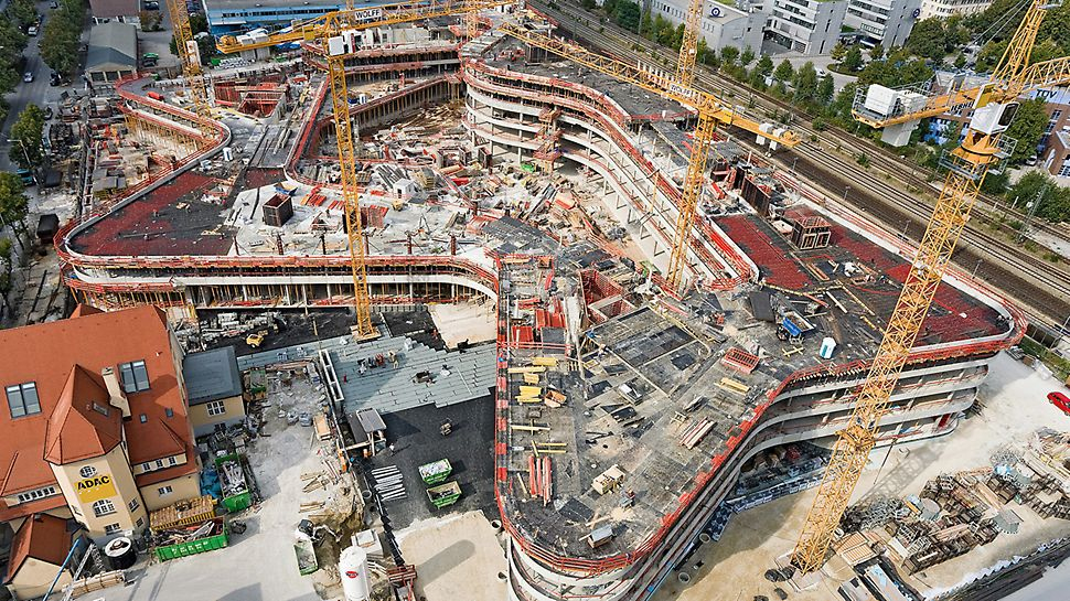 ADAC Zentrale, München, Deutschland - Der wellenförmig geschwungene Sockelbau ist auf eine bis zu 6,50 m starke Bodenplatte mit 17.000 m² Fläche gegründet.