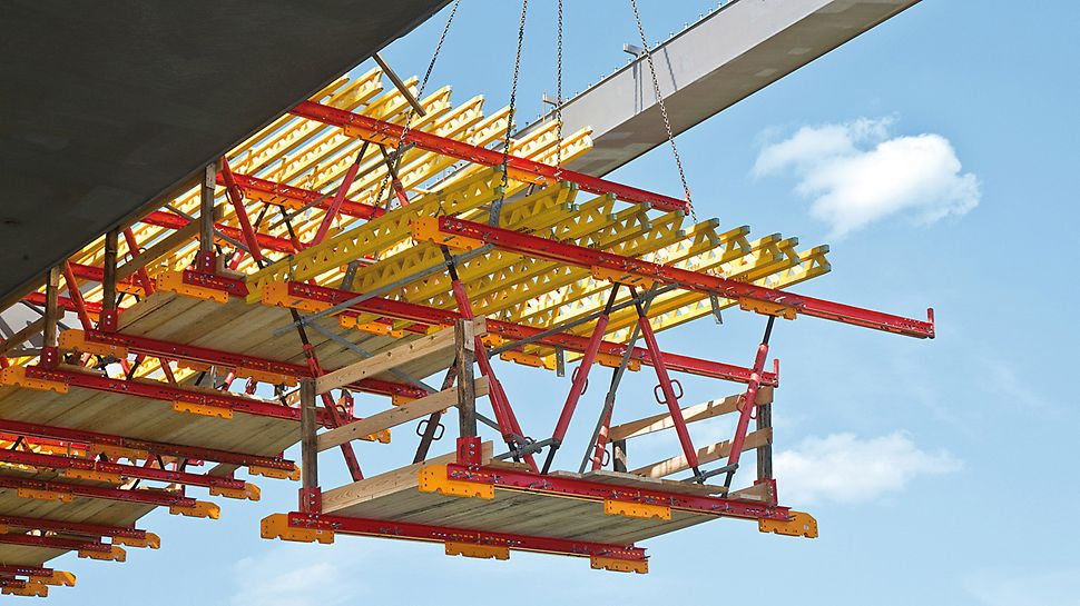 Waldschlösschenbrücke, Dresden, Germany - The project-specific solution with lightweight raised formwork units facilitated fast and simple moving to the next concreting section with the crane.