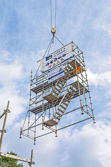 Kranversetzbare PERI UP Flex Bewehrungsgerüsteinheiten mit integrierten Gerüsttreppen erleichtern und beschleunigen die täglich anfallende Baustellentätigkeiten wie Bewehren, Schalen und Betonieren.