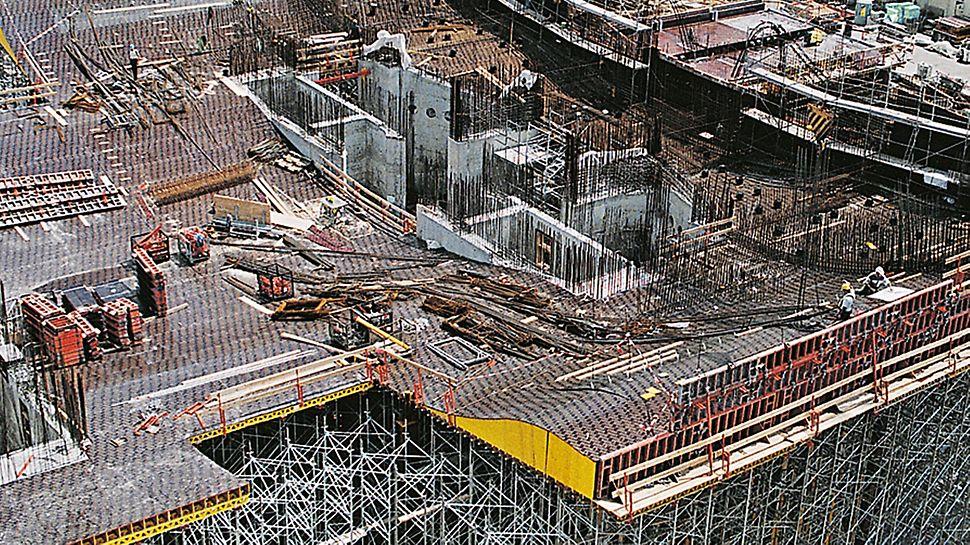 Úřad spolkového kancléře Berlín: Umístění těžkých stropních stolů ve velké výšce vyžadovalo při všech předcházejících činnostech ohromnou přesnost.