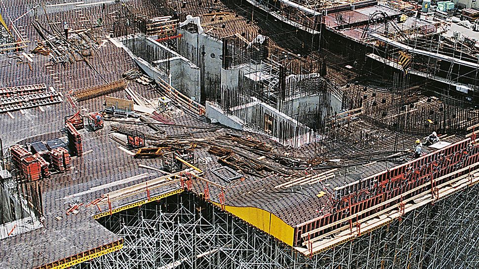 Federal Chancellery Berlin - Erecting the irregularly shaped tables at great heights required the highest level of accuracy during the preliminary work.