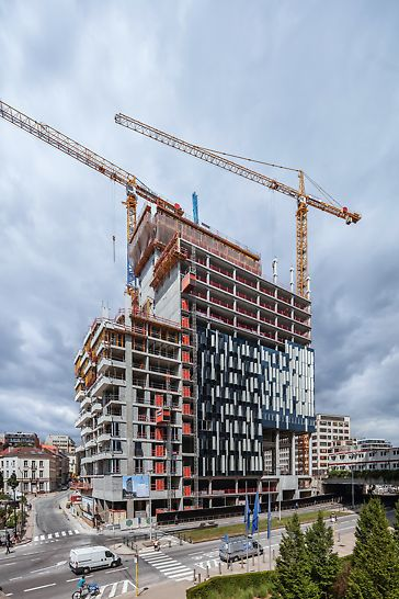 De kantoren en woningen verschillen in hoogte, daardoor zitten de deuropeningen ook op andere hoogtes. PERI-engineers staken veel werk in de uitwerking van de bekisting voor de structuur van de kern.