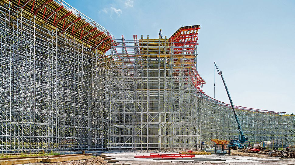Most na dálnici D1, Považská Bystrica, Slovensko: Podpěrná konstrukce PERI UP může být optimálně přizpůsobena geometrii stavby díky modulovému systému s metrickým rastrem.