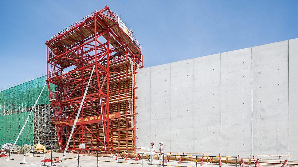 Die Herstellung der hohen Seiten und Mittelwände sowie der Wellenbrecher für zwei Übergangsbauwerke erfolgt mithilfe verfahrbarer PERI Portalschalwagen – mit rascher Taktfolge und in höchster Ausführungsqualität.