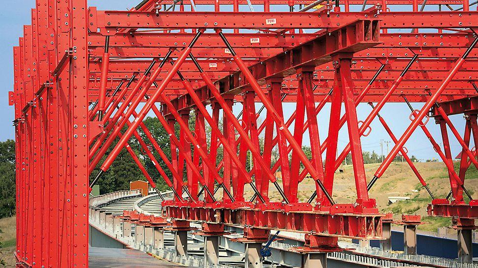 Most Tošanovice - Žukov: Mostní příhrada systému HD 200 v podélném směru vysoká 2,70 m pro stejnoměrné zatížení hlavních ocelových nosníků mostu.