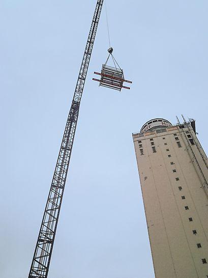 Kran transportiert Modulgerüst zum oberen Ende des Henningen Turms.