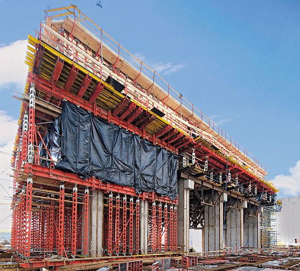 Kraftwerk Belchatow, Polen - Das 3 m starke Stahlbetonauflager für den Turbogenerator wurde in 18 m Höhe errichtet, hierfür wurden HD 200 Schwerlaststützen mit HDT Jochträgern kombiniert.