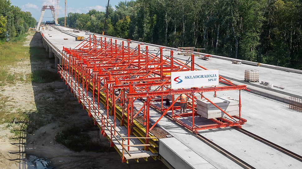 The movable, anchor-free solution for bridges over 150 m long Den flyttbare kantdragervognen, uten forankring for bruer over 150 m