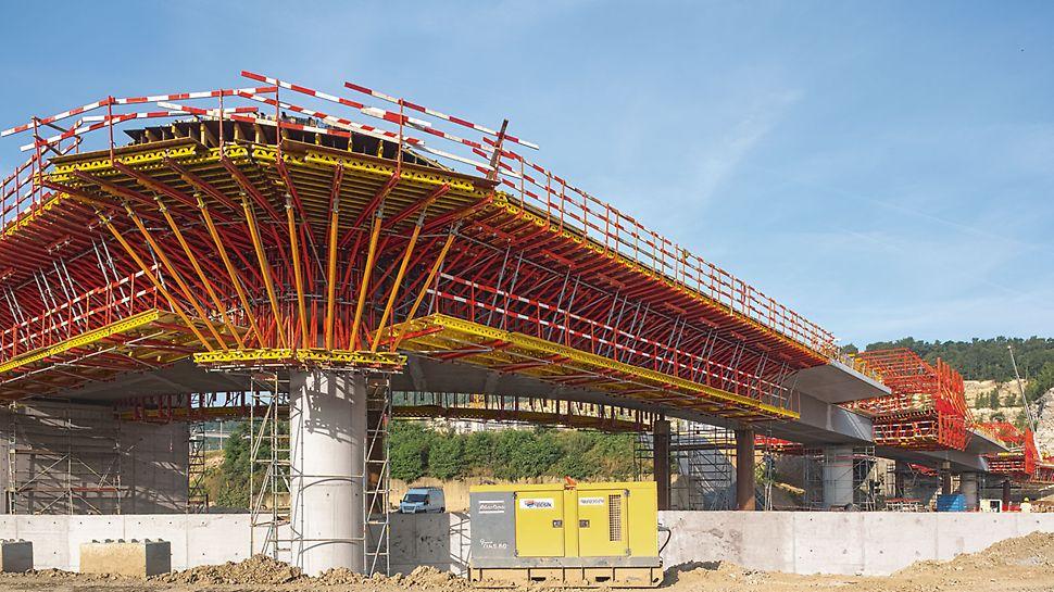 Most prevodnice Lanaye, Belgija - u kompleksnom području s iznimno uskim vanjskim radijusom koncentrirana opterećenja zrakasto raspoređenih konzola uvode se u postojeće stupove mosta pomoću tlačnog podupiranja.