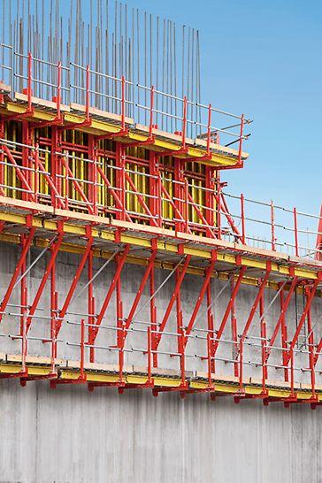 L'elevata capacità di carico e il numero ridotto di ancoraggi aumentano la convenienza economica del sistema PERI SCS