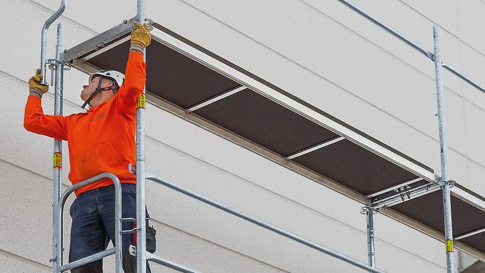 De vooraf geïnstalleerde Easy eindleuning wordt vanop het lagere steigerniveau op het hogere gemonteerd, als vaste eindbeveiliging