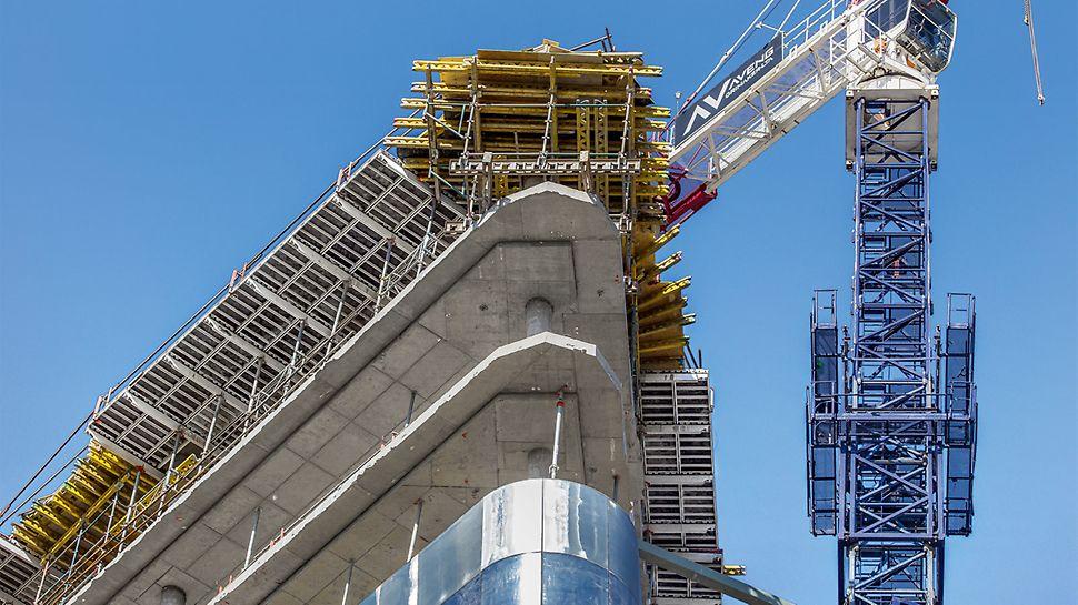 An den Gebäudeecken ergänzten individuell geplante Deckentische die auskragend montierte SKYDECK Randlösung.