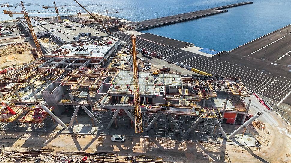 Voor de bouw van het nieuwe terminalgebouw in de haven van Gazenica maakte de optimaal op elkaar afgestemde PERI bekisting- en steigeroplossingen een snel en ononderbroken bouwproces mogelijk.