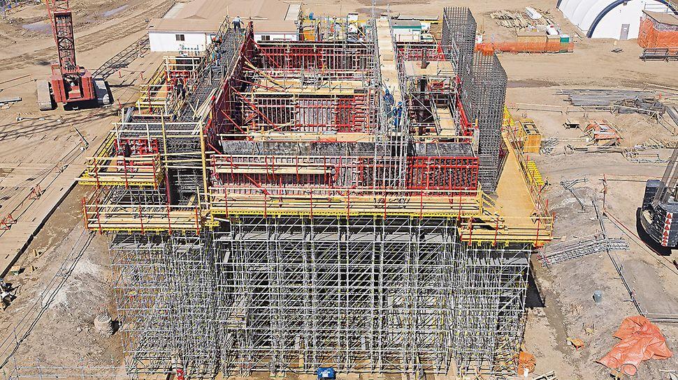 Albian Sands, Fort McMurray, Canada: Pro bednění bočních stěn mohutných až 4 m vysokých průvlaků bylo použito rámové bednění TRIO. Podpěrnou konstrukci tvořil systém PERI UP Rosett a MULTIFLEX.