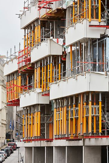 PERI MULTIPROP-torens ondersteunen de hoger gelegen uitkragende balkons autonoom zodat ondersteuningssteigers tot op de begane grond niet nodig zijn.