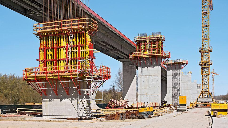 Pri debnení mostných pilierov sa často nasadzuje stenový systém VARIO GT 24 na konzolách.